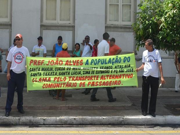 Manifestantes pedem a regulamentação do transporte e o fim da fiscalização (Foto: Tássio Andrade/G1)
