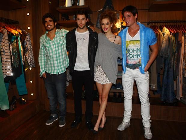Caio Castro, Joshua Bownman, Sophia Abrahão e Jonatas Faro em evento em loja em São Paulo (Foto: Iwi Onodera/ EGO)