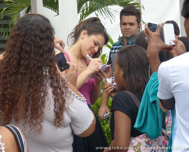 Bruna distribui autógrafos na casa do Dança dos Famosos (Foto: Domingão do Faustão/TV Globo)