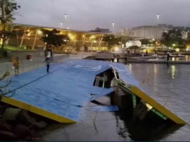 A ressaca que atingiu a orla do Rio neste sábado (30) destruiu a rampa de acesso ao mar na Marina da Glória (Foto: Reprodução/TV Globo)