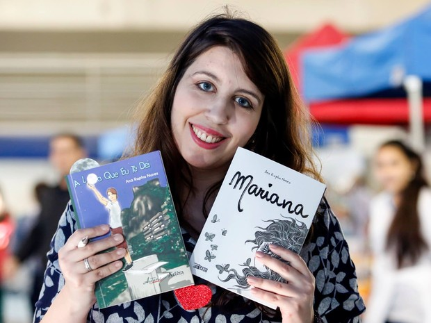 Ana Rapha Nunes e o seu último livro, Mariana (Foto: Ana Rapha Nunes/Arquivo pessoal)