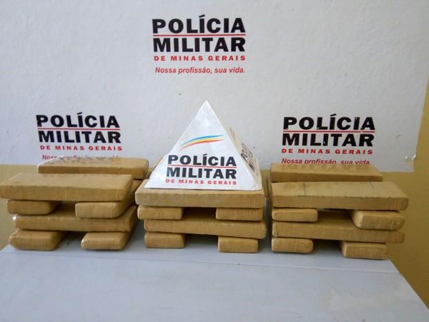 Jovem recebeu R$ 2 mil para levar 30 kg de maconha a Vitória (ES) (Foto: Polícia Militar/Divulgação)
