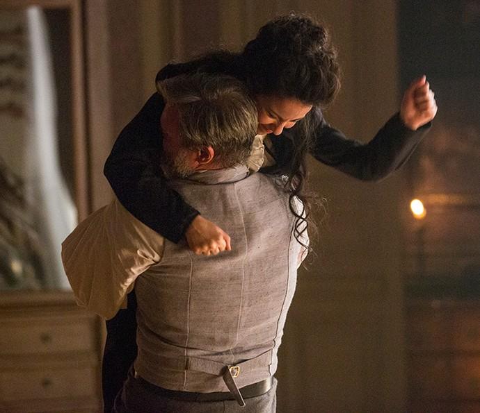 Joaquina luta esgrima com seu pai de criação (Foto: Felipe Monteiro/Gshow)