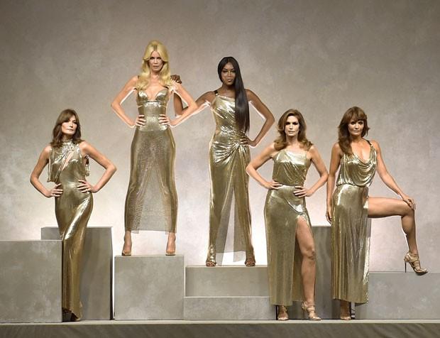 As supermodelos no desfile da Versace: (da esquerda para direira) Carla Bruni, Claudia Schiffer, Naomi Campbell, Cindy Crawford e Helena Christensen (Foto: Getty Images)