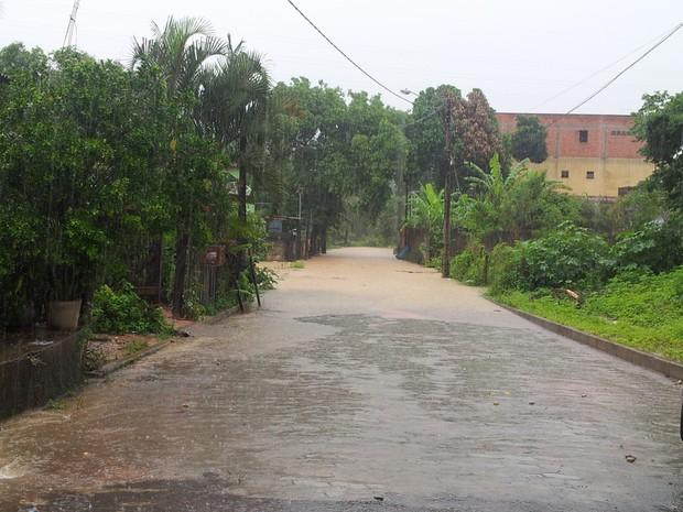 Forte chuva deixou bairro Industrial, em Viana, debaixo d'água. (Foto: Thyago dos Anjos Ambrósio/ VC no G1)