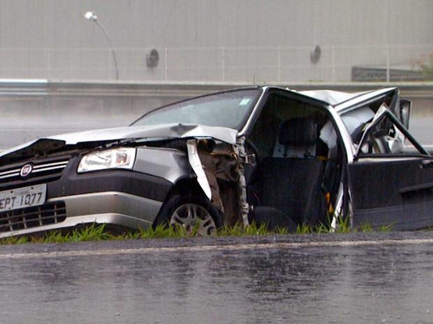 Carro acidentado no 'Tapetão'  em Campinas nesta madrugada (Foto: Reprodução EPTV)