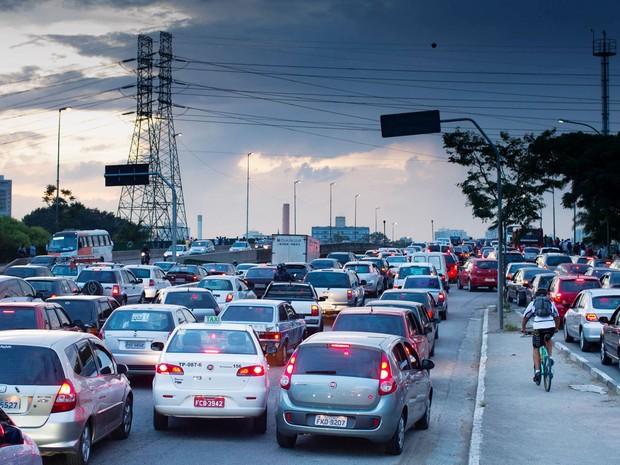 Trânsito intenso na região da Ponte João Dias, em São Paulo, SP, na manhã desta sexta-feira (13). (Foto: Dario Oliveira/Futura Press/Estadão Conteúdo)