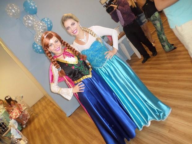 8ab623cbc Irmãs Natália e Nayara Bittencourt incorporam as personagens Anna e Elsa,  do filme &#