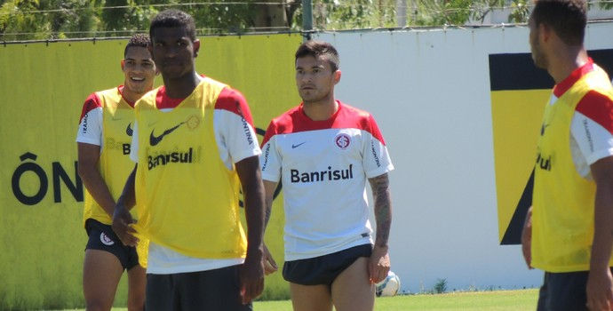 Geferson Aránguiz Gilberto João Afonso Inter (Foto: Tomás Hammes / GloboEsporte.com)
