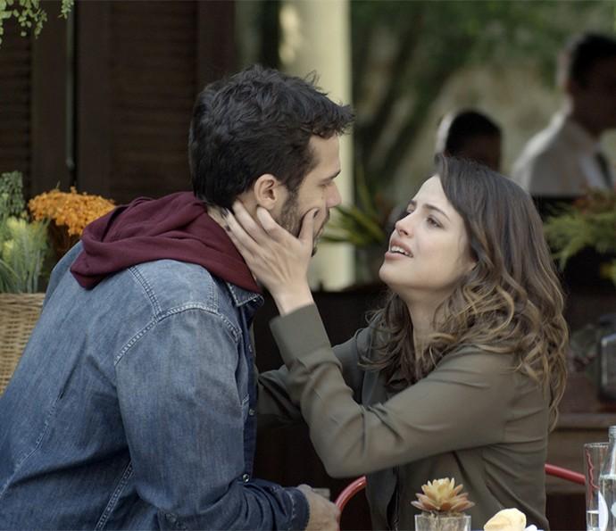 Camila fica desesperada quando Giovanni diz que eles precisam se afastar (Foto: TV Globo)