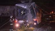 Ônibus bate e derruba poste em Contagem, na Grande BH