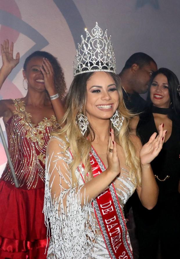 Lexa é coroada rainha de bateria da Unidos de Bangu (Foto: Rogério Fidalgo/AgNews)