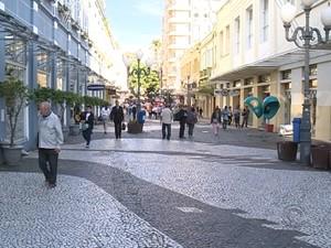 Com medo, menos pessoas tem procurado o comércio, dizem lojistas  (Foto: Reprodução/RBS TV)