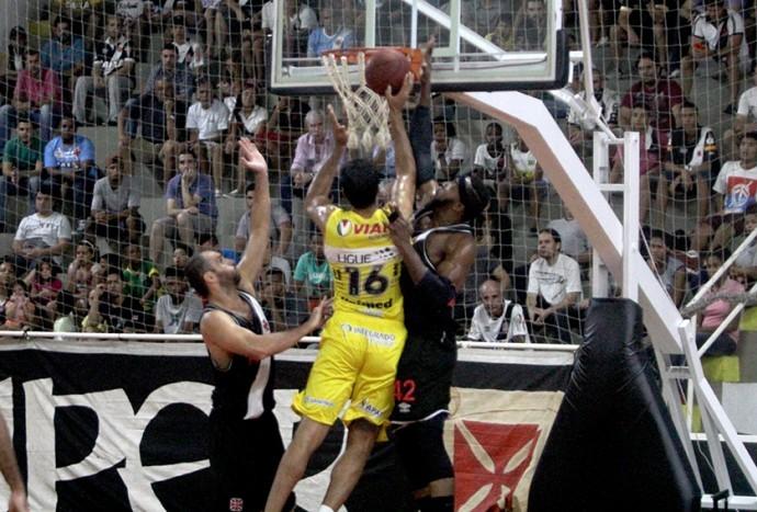Andrezão, do Campo Mourão, sobe para a cesta (Foto: Paulo Fernandes/Vasco.com.br)