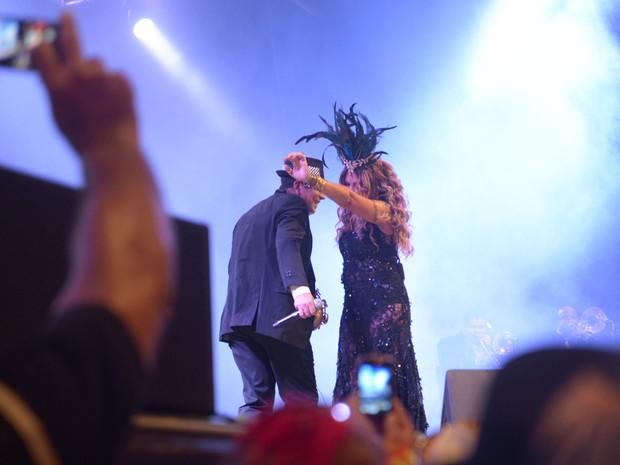 Encontro de Spok e Elba no palco do Baile Municipal do Recife (Foto: Luka Santos / G1)