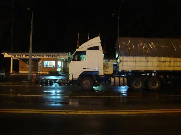 Carga trazida do Paraguai estava dentro de um caminhão (Foto: Divulgação/PRF)