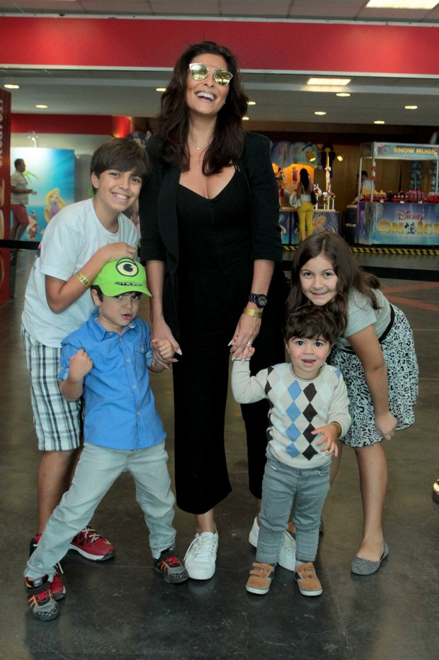 Juliana Paes com os filhos (Foto: Marcello Sá Barreto / AgNews)