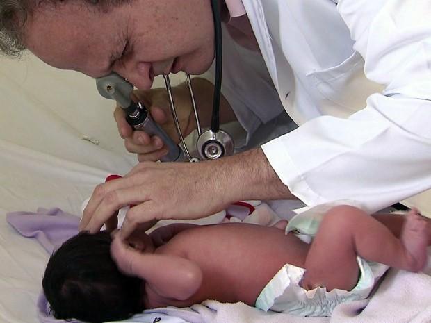 Teste do olhinho previne doenças oculares (Foto: Reprodução/TV Tribuna)