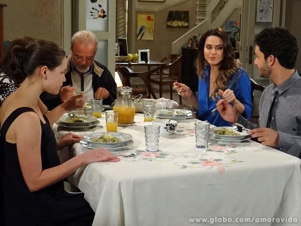 No fim das contas, até Leila elogia o jantar preparado pela irmã (Foto: Amor à Vida / TV Globo)