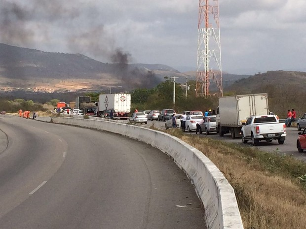 Manifestantes atearam fogo em pneus para interditar as rodovias federais, em Caruaru e Arcoverde (Foto: Edivaldo Coelho/TV Asa Branca)