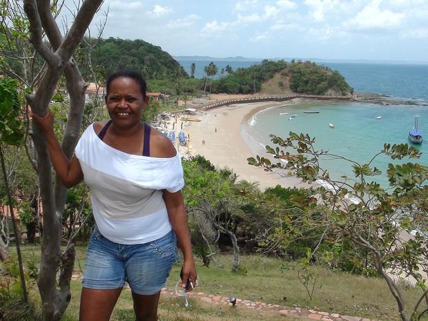 Giovana Maia de Jesus, de 46 anos, mora na Ilha há 26 anos e faz a limpeza da igreja de Nossa Senhora de Guadalupe. (Foto: Maiana Belo / G1 BA)