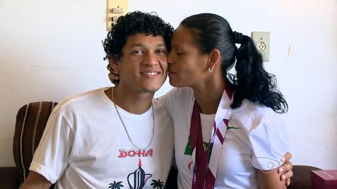 Corredora Renata Bazone e o seu filho Tyrone (Foto: Reprodução/TV Gazeta)