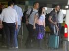 Amy Lee, vocalista do Evanescense, desembarca e vai à praia no Rio