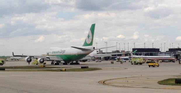 Avião de carga, à esquerda, que engatou em aeronave de pequeno porte nesta quarta-feira (30) no aeroporto O'Hare, em Chicago (Foto: AP)