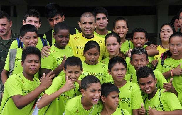 José Aldo visita projeto de triatlo, em Manaus (Foto: Antônio Lima/Semdej)