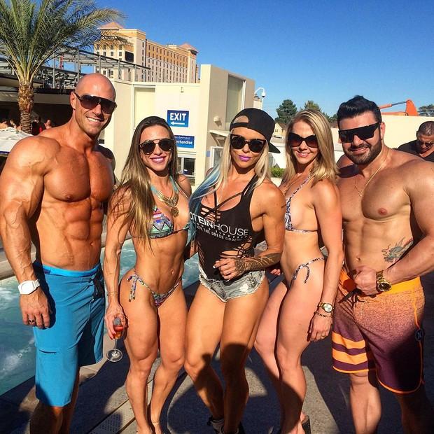 Michelly Crisfepe com o marido, Carlos Tomaiolo, e amigos (Foto: Reprodução/Instagram)