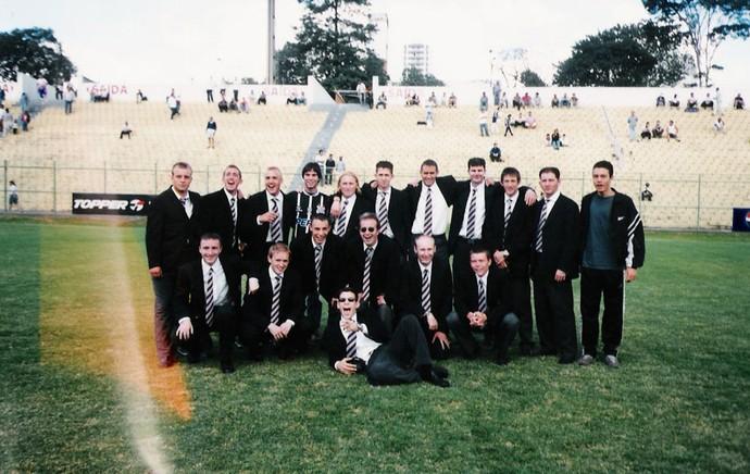 Time do Corinthian-Casuals em excursão pelo Brasil em 2001  (Foto: Acervo Pessoal)