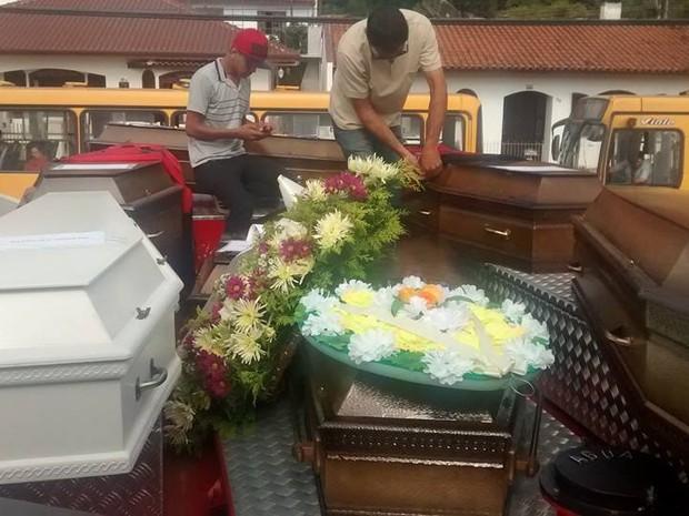 Bombeiros levaram caixões para Cemitério Municipal de Porto União (Foto: Alex Pacheco/ Atual FM)
