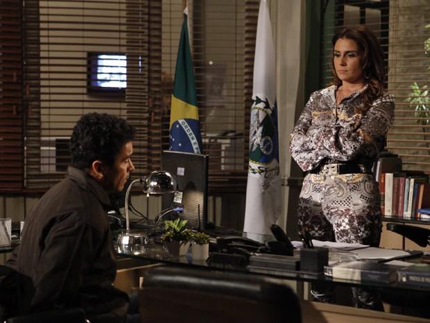 Helô interroga bandido na delegacia  (Foto: Salve Jorge/TV Globo)
