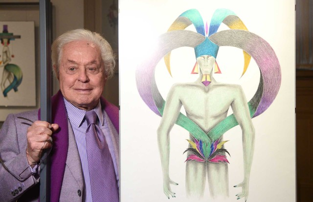 """Designer and artist Roberto Capucci with his costume sketch for """"Dionisiaco"""". An exhibition of his drawings is currently at the Uffizi Gallery in Florence (Foto: FRANCESCO GUAZZELLI)"""