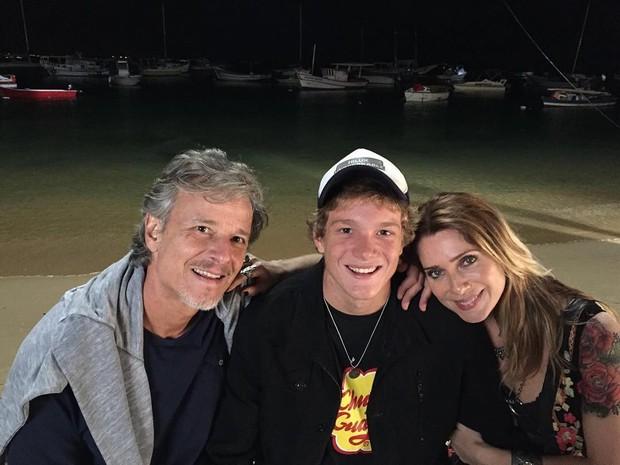 Marcello Novaes, Pedro e Leticia Spiller juntos em bastidor de Sol Nascente (Foto: Reprodução/Twitter)