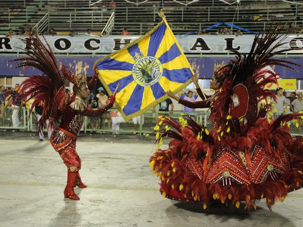 Primeiro casal de mestre-sala e porta-bandeiras da Vila da Barra (Foto: Suelen Gonçalves/ G1 AM)