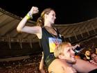 Mariana Ximenes se empolga e sobe no ombro do namorado em show