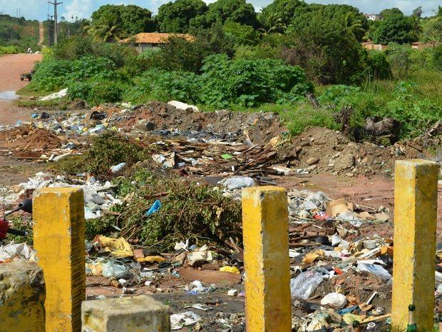 Lixo acumulado em terreno em São Cristóvão (Foto: Marina Fontenele/G1)