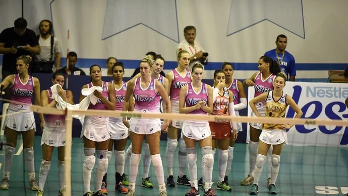Jogadoras do Osasco abatidas após derrota para Rio de Janeiro nesta sexta-feira, pela semifinal da Superliga Feminina de Vôlei (Foto: André Durão)