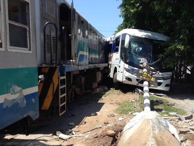 Veículo não respeitou os sinais sonoro e visual da passagem em nível oficial (Foto: Mariucha Machado/ G1)