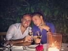 David Brazil posta foto em jantar 'romântico' ao lado de Roger Flores