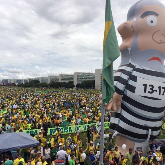 Pixuleco no meio dos manifestantes em Brasília (Foto: Thiago Bronzatto)