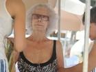 Aos 87 anos, duquesa de Alba curte praia em Ibiza com biquíni de oncinha