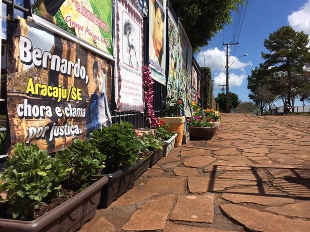 Frente da casa dos Boldrini, jardim em homenagem a Bernardo em Três Passos, RS (Foto: Caetanno Freitas/G1)