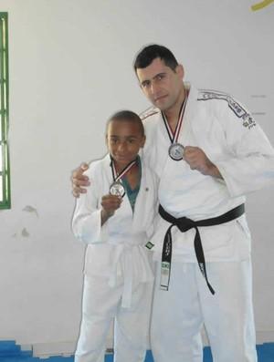 Professor Wagner e um dos alunos (Foto: Wagner Araújo/Arquivo Pessoal)