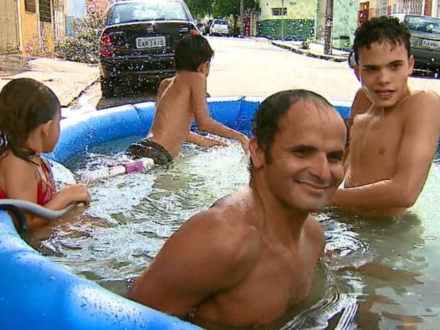 Morador decidiu encher piscina com água de vazamento para protestar em São Carlos (Foto: Rodrigo Sargaço/EPTV)