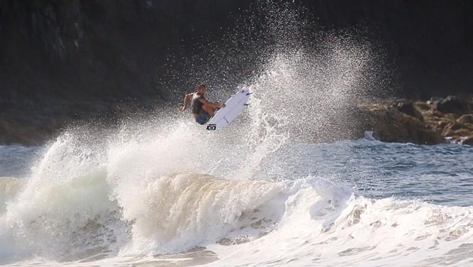 Jadson André surfa na praia da Cacimba do Padre, em Fernando de Noronha (Foto: Felipe Queiroz)