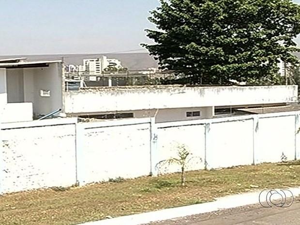 """Presos """"pescam"""" sacola com drogas e celulares com linha que liga cela à rua, em Caldas Novas, Goiás (Foto: Reprodução/TV Anhanguera)"""