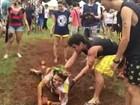 Trote com lama é aplicado em novos alunos da USP
