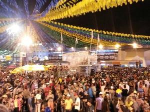 Público foi ao Parque do Povo ver o show de Ton Oliveira neste sábado, em Campina Grande (Foto: Krystine Carneiro / G1)